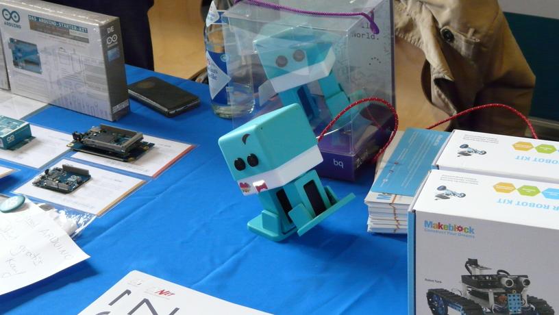 Arduino Roboter der auf zwei Beinen geht. Sehr drollig.